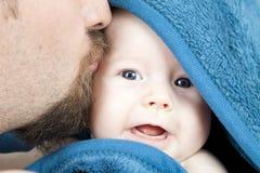 Gene o bebê de sorriso do bebê de três meses do beijo que hideing no blanke azul Foto de Stock Royalty Free