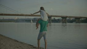 Gene o jogo com sua filha que leva a em ombros filme