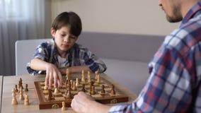 Gene o jogo da xadrez com filho pequeno em casa, atividade de lazer, passatempo da infância filme