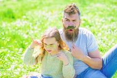 Gene o levantamento com o bigode e a crian?a que levantam com atributo da cabine da foto dos mon?culos Conceito dos detetives Pai imagem de stock