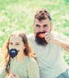 Gene o levantamento com os bordos e a criança que levantam com atributo da cabine da foto da barba Conceito dos papéis do gênero  fotografia de stock