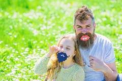 Gene o levantamento com os bordos e a criança que levantam com atributo da cabine da foto da barba Conceito dos papéis do gênero  fotos de stock royalty free