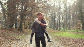 Gene ter o divertimento com a filha, levando a no seu para trás no parque vídeos de arquivo