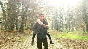 Gene ter o divertimento com a filha, levando a no seu para trás no parque filme