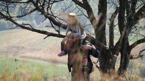 Gene toma a filha em seu pescoço e vão para uma caminhada filme