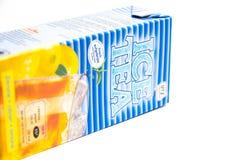 Genebra/Suíça - 08 08 18: Chá de gelo de Suíça do sabor da luz do limão do pêssego dos migros fotografia de stock