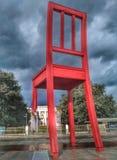 Genebra, Suíça - 5 de fevereiro de 2017 - cadeira quebrada gigantesca imagem de stock