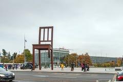 GENEBRA, SUÍÇA - 30 DE OUTUBRO DE 2015: Cadeira quebrada Genebra na frente do edifício nacional unido imagem de stock