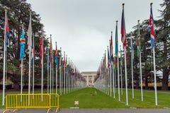 GENEBRA, SUÍÇA - 30 DE OUTUBRO DE 2015: United Nations que constroem com as bandeiras em Genebra fotografia de stock