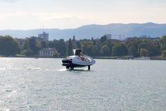 Genebra/Switzerland-28 08 18: O mar borbulha folhas da vela da tecnologia do hidrofólio do barco fotos de stock