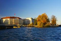 GENEBRA, SWITZTERLAND - 27 DE OUTUBRO DE 2017: Luz do por do sol sobre Leman Lake, Genebra Imagem de Stock