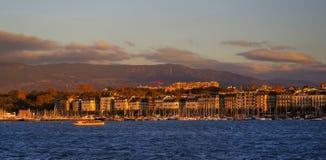 GENEBRA, SWITZTERLAND - 27 DE OUTUBRO DE 2017: Luz do por do sol sobre Leman Lake, Genebra Foto de Stock Royalty Free