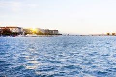 GENEBRA, SWITZTERLAND - 27 DE OUTUBRO DE 2017: Luz do por do sol sobre Leman Lake, Genebra Fotos de Stock
