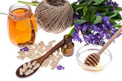 Geneeskrachtige kruiden, honing, natuurlijke capsules en pillen in geneeskunde royalty-vrije stock afbeeldingen