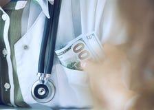 Geneeskunde arts die hoeveelheid dollarbankbiljetten ontvangen als steekpenning Corruptie in het concept van de gezondheidszorgin royalty-vrije stock afbeelding