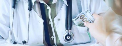 Geneeskunde arts die hoeveelheid dollarbankbiljetten ontvangen als steekpenning Corruptie in het concept van de gezondheidszorgin royalty-vrije stock foto's