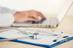 Geneeskunde artsen` s werkende lijst Nadruk op stethoscoop stock afbeelding