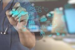 Geneeskunde artsenhand die met moderne computerinterface werken royalty-vrije stock afbeelding