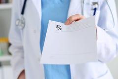 Geneeskunde artsenhand die voorschrift geven Stock Afbeeldingen