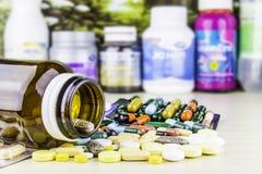 Geneeskunde of capsules Drugvoorschrift voor behandelingsmedicijn Farmaceutisch geneesmiddel, behandeling in container voor gezon Stock Fotografie