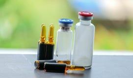 Geneeskunde en ampule en injectie Royalty-vrije Stock Afbeeldingen