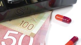Geneeskunde en geld stock videobeelden