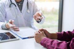 Geneeskunde en gezondheidszorgconcept, Professor die Doctor voorstellen aangaande royalty-vrije stock foto's