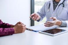 Geneeskunde en gezondheidszorgconcept, Professor die Doctor voorstellen aangaande stock afbeelding