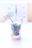 Geneeskunde en klokachtergrond, tijd om pillen te nemen Royalty-vrije Stock Foto's