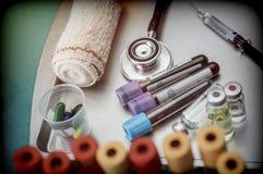 Geneeskunde in flesjes en spuit klaar voor vaccininjectie stock afbeelding