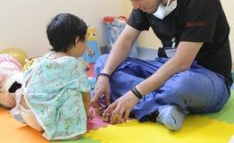 Geneeskunde, healtcare, pediatry en mensenconcept - gelukkige arts stock foto
