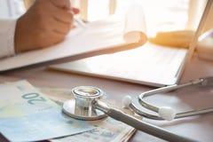 Geneeskunde het geld van de holdingsjpy van de arts voor Gezondheidszorgkosten en prijs Stock Afbeelding