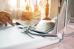 Geneeskunde het geld van de holdingsjpy van de arts voor Gezondheidszorgkosten en prijs Stock Fotografie