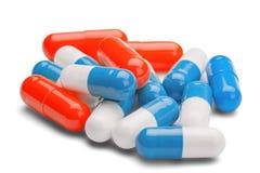 Geneeskunde rode en blauwe pillen op geïsoleerde witte backgrou Stock Foto's