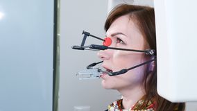 Geneeskunde, tandheelkunde en gezondheidszorgconcept Een deel van tand technologisch proces TMJ die in moderne tandarts onderzoek stock videobeelden