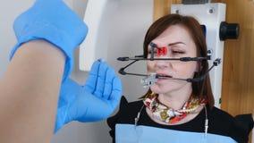 Geneeskunde, tandheelkunde en gezondheidszorgconcept Een deel van tand technologisch proces TMJ die in moderne tandarts onderzoek stock video