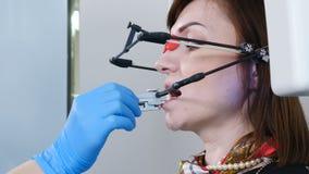 Geneeskunde, tandheelkunde en gezondheidszorgconcept Een deel van tand technologisch proces TMJ die in moderne tandarts onderzoek stock footage