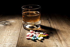 Geneeskunde versus Alcohol Stock Afbeeldingen