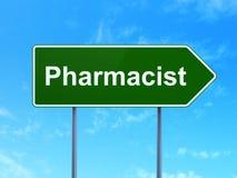 Geneeskundeconcept: Apotheker op verkeerstekenachtergrond Stock Afbeelding