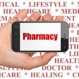 Geneeskundeconcept: Handholding Smartphone met Apotheek op vertoning Royalty-vrije Stock Fotografie