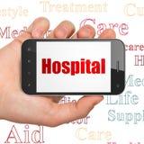 Geneeskundeconcept: Handholding Smartphone met het Ziekenhuis op vertoning Stock Afbeeldingen