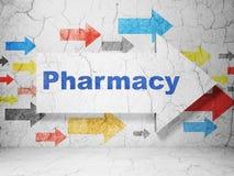 Geneeskundeconcept: pijl met Apotheek op de achtergrond van de grungemuur Stock Fotografie