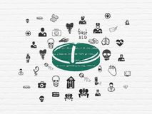 Geneeskundeconcept: Pil op muurachtergrond Stock Afbeeldingen