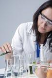 Geneeskundeconcepten Vrouwelijk Laboratoriumpersoneel die met Flessen en Vruchten Specimens in Laboratoriummilieu werken Stock Afbeeldingen