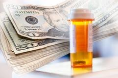 Geneeskundeflessen en Geld stock foto's