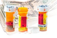 Geneeskundeflessen en Geld stock fotografie