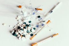 Geneeskundepillen of capsules met ampullen en spuiten op witte achtergrond met exemplaarruimte royalty-vrije stock foto
