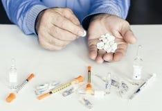 Geneeskundepillen of capsules met man'shanden op witte achtergrond met exemplaarruimte royalty-vrije stock foto's