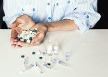 Geneeskundepillen of capsules met oude woman'shanden op witte achtergrond met exemplaarruimte royalty-vrije stock foto's