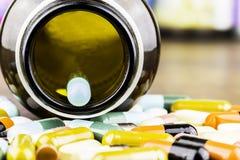 Geneeskundepillen of capsules op houten achtergrond Drugvoorschrift voor behandelingsmedicijn Farmaceutisch geneesmiddel Royalty-vrije Stock Foto